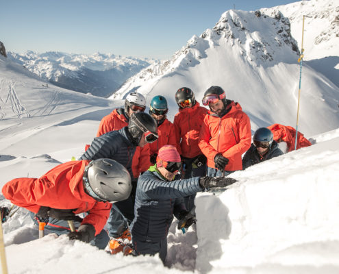 Group analyzing snow conditions for avalanches in the mountains